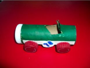 easy and fun race car to make with kids just out of a toilet paper