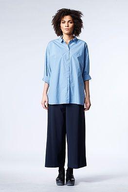 Bluse Nelly - Als wär`s ein Stück aus seinem Kleiderschrank. Die lässige OSKA Bluse kombiniert das Beste vom Männerhemd – entspannte Weite, Rundsaum, sportiver Kragen – mit femininen Extras – Ärmelsäume mit Schlitzen, raffiniert verarbeitete Knopfleiste: und fertig ist das perfekte Sommeroutfit. Was Sie dazu tragen? Alle Hosen von weit bis Legging-schmal und Oberteile von taillenkurz bis ultra-lang.