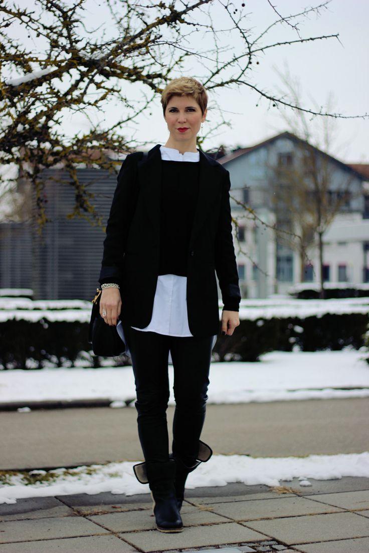 schwarz-weiß - Lederskinny und Lagenlook... kragenlose Bluse #40plus #blackandwhite #schwarzweiß