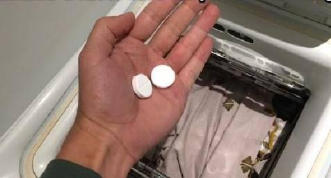 L'Astuce Magique pour Raviver le Linge Blanc Devenu Gris 1. Mettez votre linge devenu gris en machine.   2. Versez une dose de votre lessive habituelle.   3. Ajoutez deux cachets d'aspirine.   4. Renouvelez l'opération sur plusieurs lavages afin d'obtenir un linge bien blanc. Et voilà ! Votre linge a retrouvé toute sa blancheur grâce à l'aspirine :-) Pour une meilleure efficacité, choisissez des cachets d'aspirine effervescents.