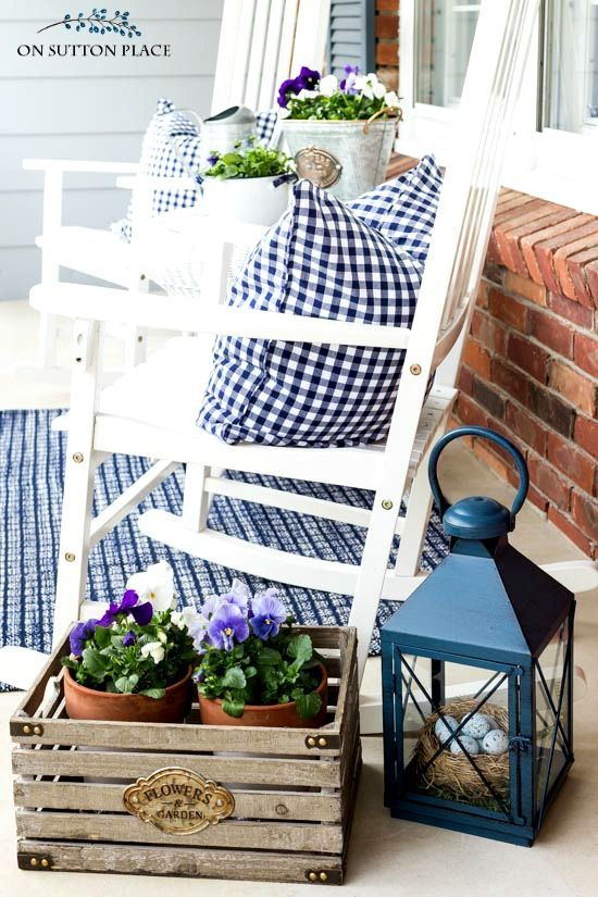 Easy ideas and inspiration for fun summer front porch decor. Includes a daisy wreath, easy planter ideas and how to add accessories.