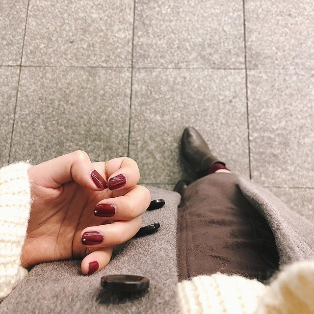 𓆸𓆸𓆸 . お休みの日は濃いめのネイル❤︎❤︎❤︎ . とってもとっても可愛いんだけど やっぱりお仕事向きではないので またあとで塗り直そうかな🌿 . そんな昨日は茶色多めなお洋服⿻ やっぱり黒系より茶系の方が しっくりくるなと思う今日この頃。 . #nail #selfnail #rednail #holiday #ootd #code #fashion #brown #white #simple #casual #ネイル #セルフネイル #休日 #休日コーデ #コーデ #服 #ブラウンコーデ #シンプル #カジュアル #シンプルな暮らし #お洒落さんと繋がりたい #お洒落好きな人と繋りたい