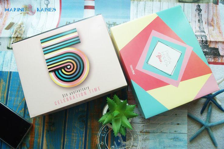 Cześć kochana! Dzisiaj będzie o dwóch pudełkach, po długim czasie na blogu pojawia się ShinyBox. Skusiłam się na zakup pudełek w zestawie, czyli tak zwany DuoBox. Jako że ShinyBox obchodzi piąte urodziny, stwierdziłam, że zaryzykuję i wezmę, raz się żyje.  Ostatnio, kiedy zamawiałam ShinyBox, to było to pierwsze pudełko ShinyBox, kiedy zaczynali pięć lat temu. Dlaczego więc nie miałam spróbować po raz kolejny? Zestaw, który zamówiłam to pudełko majowe i czerwcowe (urodzinowe). Zacznę więc od…