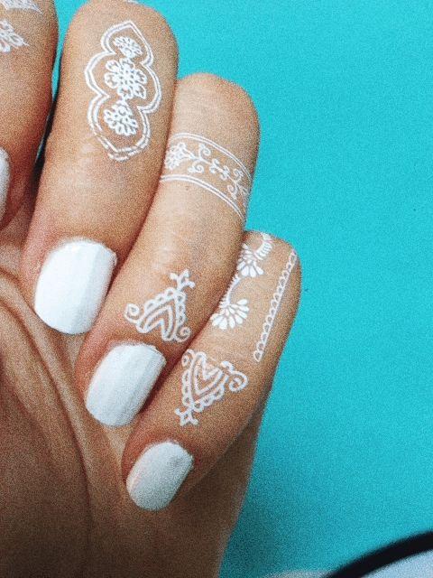 White Henna Hand Set // Mano henna blanca.