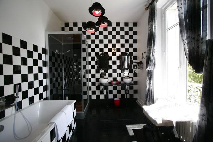 Les années 1920 ont donné naissance à de somptueuses décorations en noir et blanc. Andrée Putman a apposé ses damiers noirs et blancs dans les salles de bains des années 1980. Le noir et blanc revient en force à la manière du XXIe siècle.