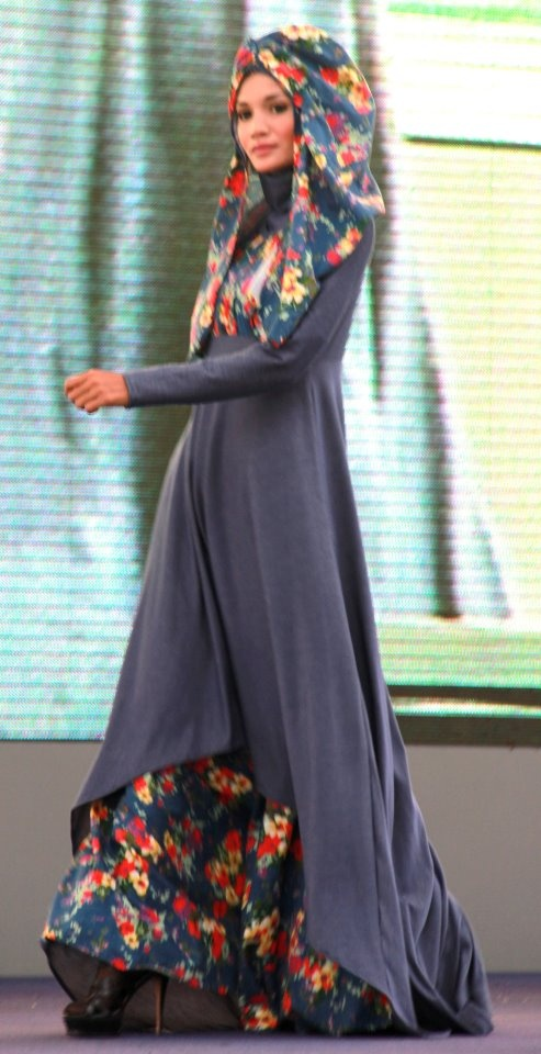 Amazing color combination on the abaya underskirt and hijab scarf... Wow. #runway