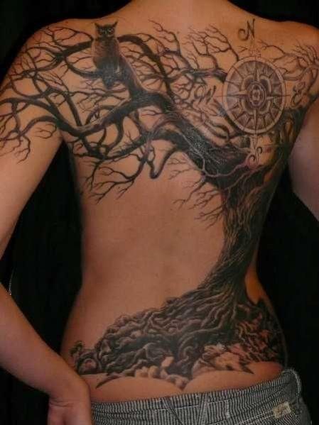 Grand arbre avec boussole et chouette tatouage sur dos