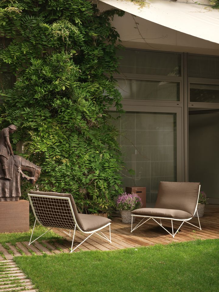 O σχεδιαστής Marcel Wanders σχεδίασε για τον οίκο Cappellini την Ant Chair στην οποία ερμηνεύει κλασικές φόρμες με σύγχρονες ιδέες και υλικά. Ο λεπτός ελαφρύς σκελετός της συγκρατεί τα μεγάλα άνετα μαξιλάρια της και μεταφέρει την άνεση του καθιστικού στον εξωτερικό σας χώρο.