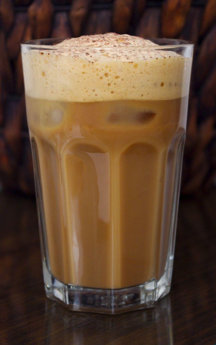 Audrey et Marie boivent du café glacé toute la journée, cela m'a rappelé un voyage à Corfou où mes potes sirotaient du café frappé non-stop. J'ai eu envie de retrouver, le goût et surtout la mousse de cette spécialité locale. Pour ce faire, j'ai testé la fonction blender de mon nouveau mixeur (indispensable à la recette) et je n'ai pas été déçue, la mousse était au RDV.