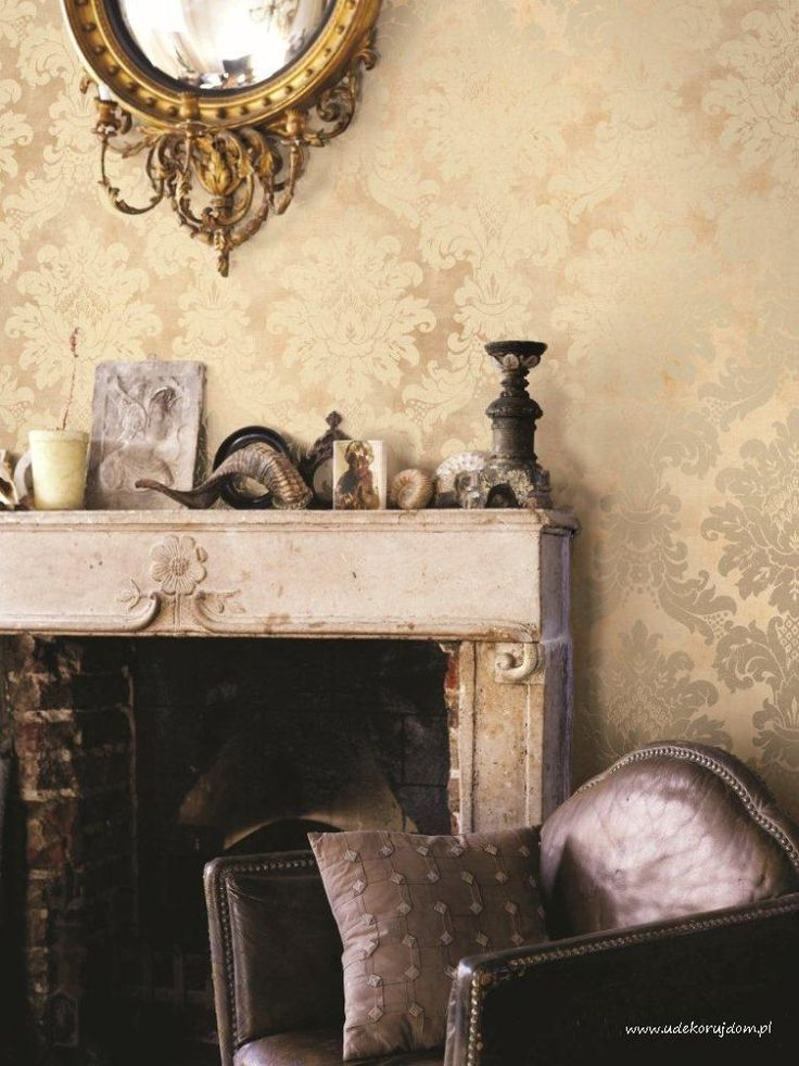 Kominek w towarzystwie tapety w kolorze złotym tapeta z katalogu Luxe Chalet NL10507.