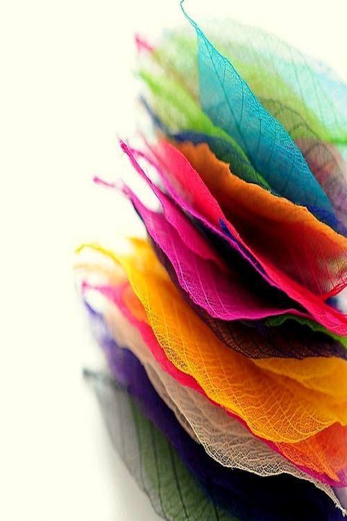 Des feuilles empliés un par dessus l'autre. toutes de différentes coulerus qui me donne des idées pour les projet a venir j'aime le mélange de couleurs et le dégradé est vraiment intéressant j'aime !!