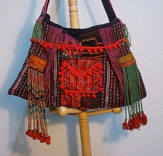 Brokaat tas oorspronkelijke noordelijke Thaise stijl Old Fashion. hippie Style.With kralen. Boheemse bloem mengen borduurwerk stoffen uit Zuid-Oost-Azië met een fusion werk lederen patchwork een meesterwerk van een mooie hippie chique zak... gemaakt met veel liefde en details.