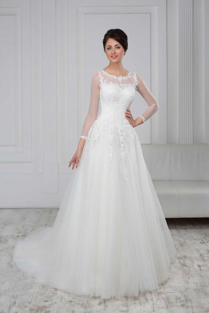 Nádherné svadobné šaty s čipkovaným vrškom s 3/4 rukávom a jemnou sukňou s dlhou vlečkou