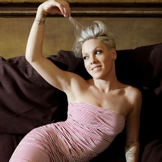 Da sempre sceglie colori stravaganti per i suoi capelli, ma il grigio chiaro le dona davvero moltissimo. #Pink #hairs #grey