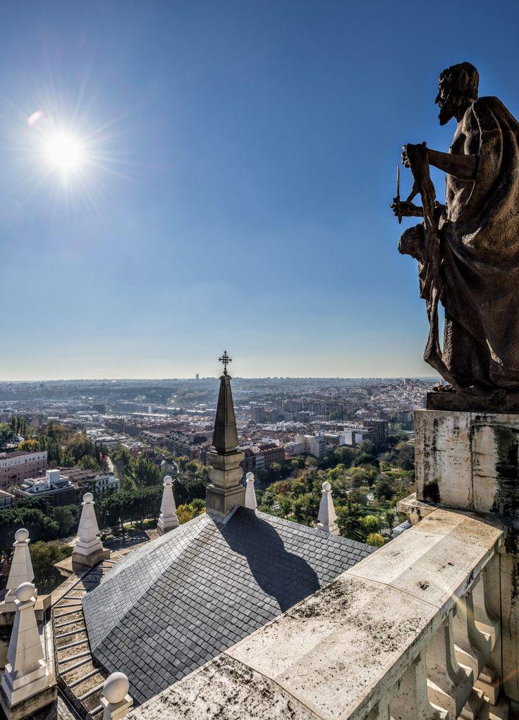 Madrid desde el tejado de pizarra de la Catedral de la Almudena ¡Descubre nuestros mejores proyectos en nuestra web! | #Madrid #CUPAPIZARRAS #pizarra #proyecto #arquitectura #Patrimonio