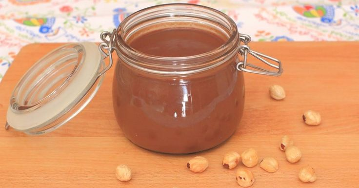 Leche, chocolate, avellanas y azúcar. No necesitas nada más para hacer una crema untuosa que se parece muchísimo a la Nutella (y es más sana). Una receta de COCINANDO JUNTOS.