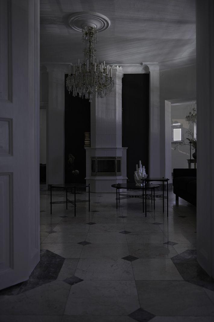 FOTOGRAFERING  Med visuella referenser till 'Film Noir' anlitades fotograf Helene Smedberg Bernstone för att fånga skymningens vackra effekter.  Nationalromantikens arkitektur visar upp sig från sin allra bästa sida med pampigt tornrum, fyra spatiösa rum i fil, dekorativa listverk och takrosetter. Känslan som infinner sig högt däruppe i borgtornet är minst sagt spektakulär med mörkrets skuggspel och nattens ljus som dansar på det blanka marmorgolvet. En cinematisk presentation av ett hem…