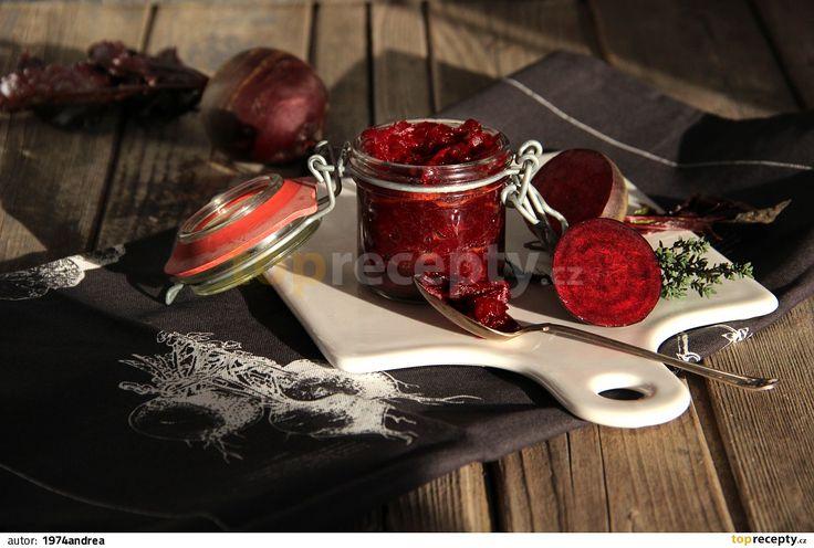 Cibuli nakrájejte nahrubo a pozvolna ji restujte na oleji dohněda. Zasypte ji cukrem a nechte zkaramelizovat. Zalijte octem a nechte odpařit....