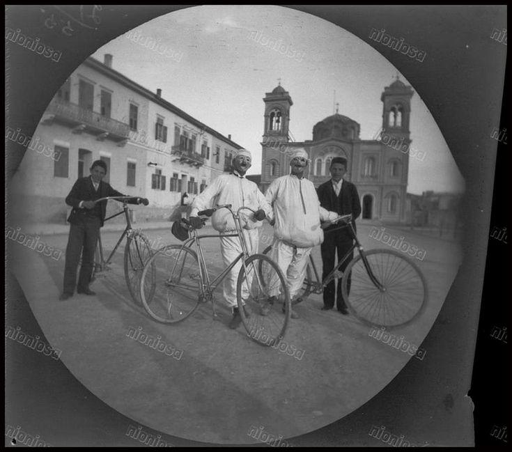Ο Βασίλειος Καψαμπέλης μαζί με τον William Sachtleben φορώντας αποκριάτικες ενδυμασίες ποζάρουν μπροστά από τον Ι.Ν. του Αγίου Κωνσταντίνου, 15 Μαρτίου 1891.