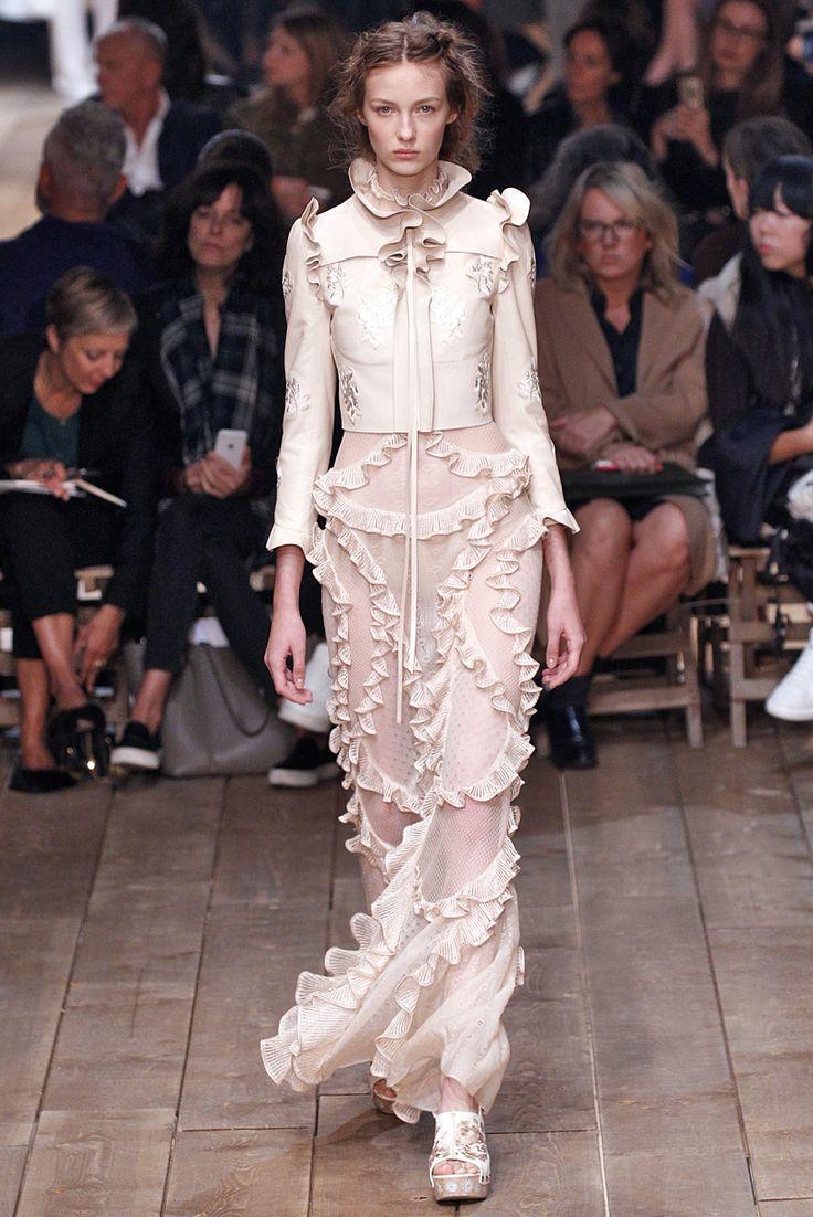 Alexander McQueen verão 2016: Sarah Burton se inspira em franceses protestantes do século 17