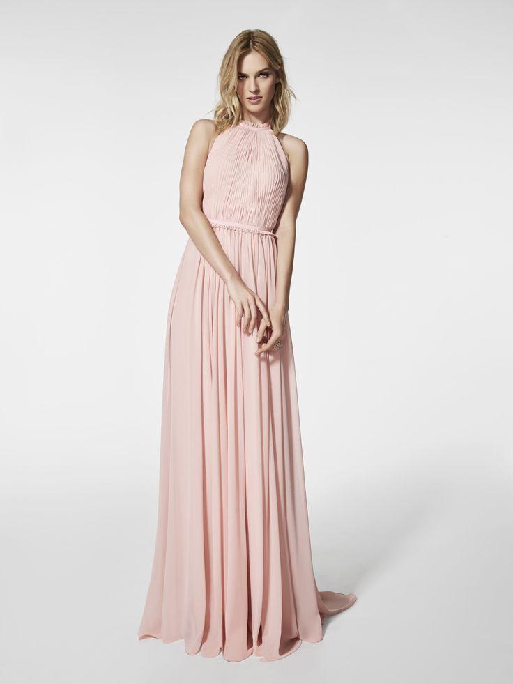 Vestido de fiesta  (modelo GRAMOE) de color rosa pálido con un escote delantero tipo halter y con escote a espalda descubierta . Vestido largo de la línea evase sin mangas (gasa)