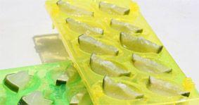 HIELOS DE LIMÓN PARA CUBA LIBRE Añade medialunas de limón y haz hielos con soda para refrescar un Cuba Libre.