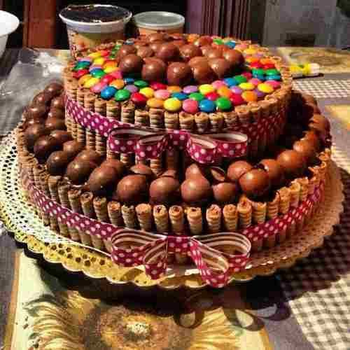torta decorada con rocklets y chocolates - Buscar con Google