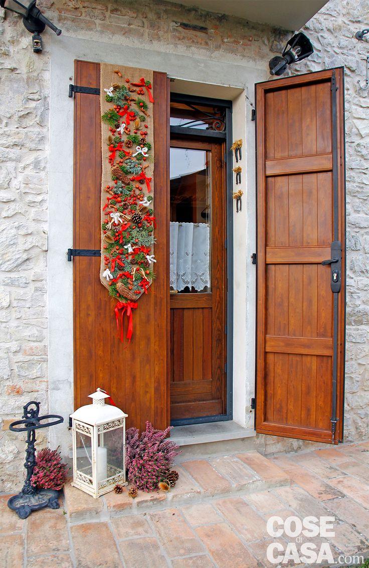 Una decorazione facile da realizzare per decorare la porta senza rovinarla. Il festone di benvenuto non è attaccato con chiodi, né incollato: si mette a cavallo della soglia ed è visibile da entrambi i lati della porta.
