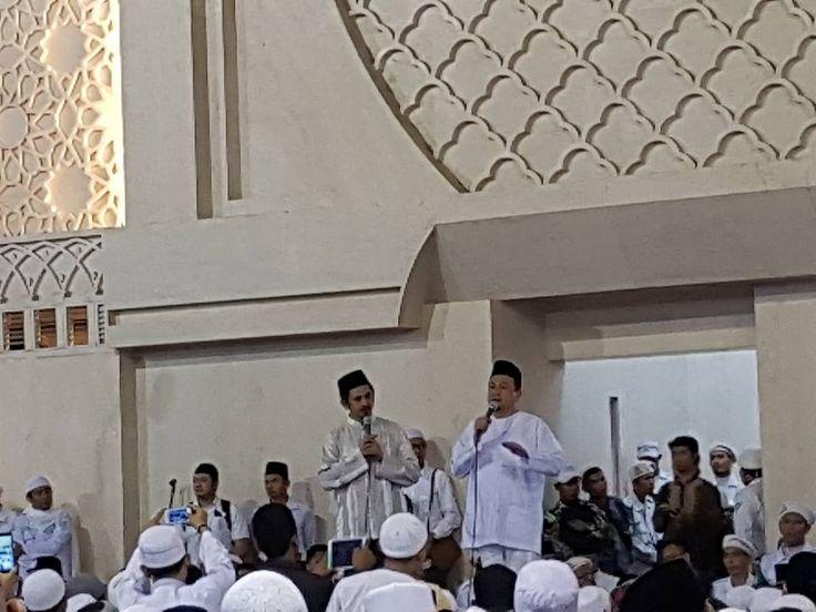 KH Bachtiar Nasir: KPK Jangan Cuma Nangkap yang 100 Juta  KH Bachtiar Nasir (kanan) dan KH Zaitun Rasmin saat menadu acara Silaturahim Akbar di Masjid Istiqlal Ahad (18/9) kemarin. (Foto: mus)  JAKARTA (SALAM-ONLINE): Silaturahim Akbar yang digelar Ulama tokoh dan elemen-elemen masyarakat bersama puluhan ribu umat Islam di Masjid Istiqlal Ahad (18/9) kemarin urung melakukan longmarch ke Gedung Komisi Pemberantasan Korupsi (KPK).  Semula setelah orasi dan Tabligh Akbar di Masjid Istiqlal…