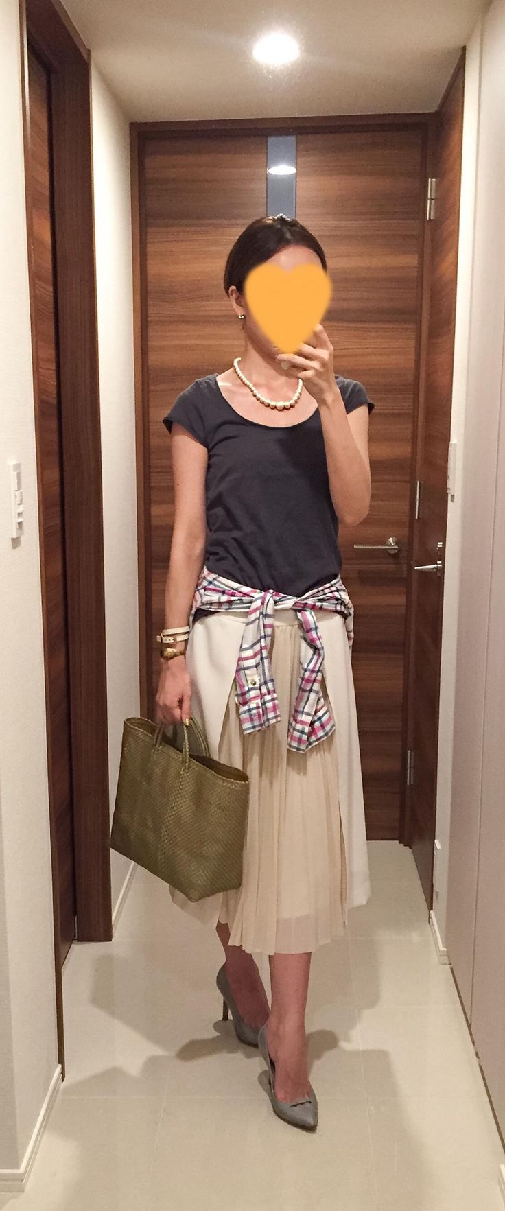 Grey tee: SISLEY, Plaid shirt: Lovers + Friends, White long skirt: Des Pres, Gold bag: la kagu, Grey pumps: PELLICO