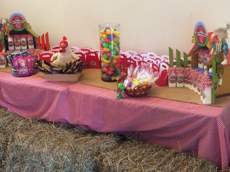 Mesa de dulces para fiesta de granja.