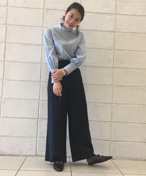 ボリュームスリーブデザインのバックボタンシャツが女性らしいシルエット。ネイビーのワイドパンツでブルー系の統一感あるスタイルにしました。