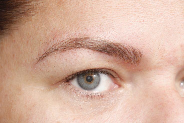 Sobrancelhas Definitivas ...dá a chance de reposicionar as sobrancelhas com o passar do tempo, coisa que não acontecia quando a maquiagem era definitiva. Com o passar dos anos as pálpebras cedem, nosso rosto se ...