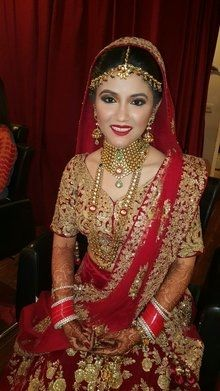 Menyasszonyi Diaries ❤ klasszikus füstös szemek, piros ajkak furulyázott.  Gyönyörű harmatos bőr és a lágy kiemelés és kontúr.  Smink Chandni Singh Chandni Singh Salon, 15, közösségi központ, új barátok kolónia, New Delhi 110025 www.chandnisingh.com