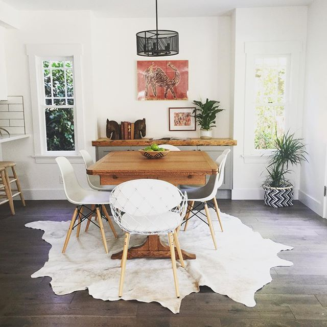My house is too small for a dining room, but if it weren't, I could totes deal with one that looked exactly like this (from a fab fly Freddy house that team @a1000xbetter staged in Eagle Rock recently). You kicked some serious ass with this one @my.life.in.colour 💪🏻 #apartmenttherapy #currentdesignsituation #sodomino #mydomaine #elledecor