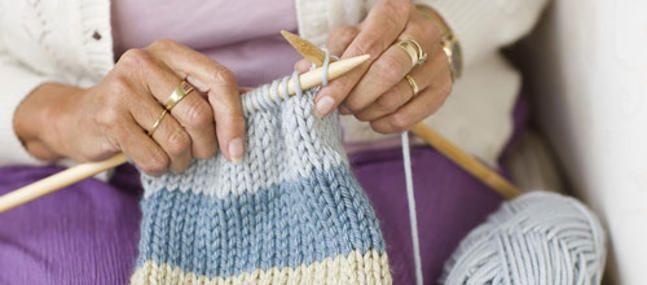Le tricot = le nouveau yoga ? Ses bienfaits sont multiples et vous permettent de vous détendre et de vous sentir serein(e). Envie d'en savoir plus sur les bienfaits du tricot ? Lisez l'article que nous vous proposons aujourd'hui :)