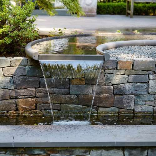 Individuell geplantes Wasserspiel Sonderanfertigung aus Naturstein Grauwacke der Firma Quirrenbach, klassischer Garten stil, mit interessanten Gestaltungsideen | Rheingrün Gartengestaltung