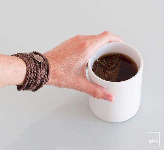 Gehäkelte wickeln. Armband und Kette in einem Stück. Braun. Das Armband. Gewinde-Armband. Textil-Schmuck. Freundschaft-Armband. Es ist leicht und bequem zu tragen.  Die Farbe dieses Modells ist schokoladenbraun.  In häkeln, getan hat eine Länge 165 cm rund.  Es beinhaltet ein Metallknopf (1,3 cm) zur Erleichterung der Anpassungen im Handgelenk oder Hals. Bis zu neun Runden um das Handgelenk und vier Mal um den Hals.  Die verwendeten Garns ist 100 % Leinen.  Sie können mit der hand Waschen…