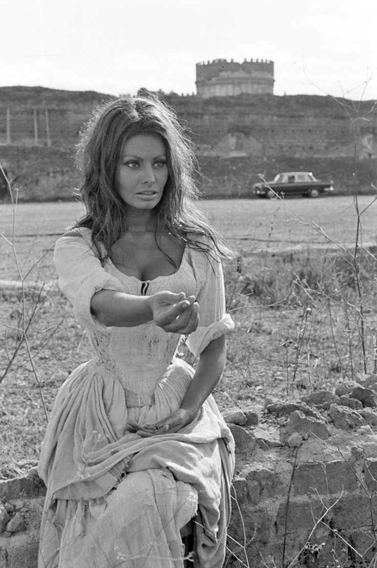 Sophia Loren. Gorgeous subject. Beautiful use of natural light. This is what I strive for with my outdoor photos. Natural, but still artful.