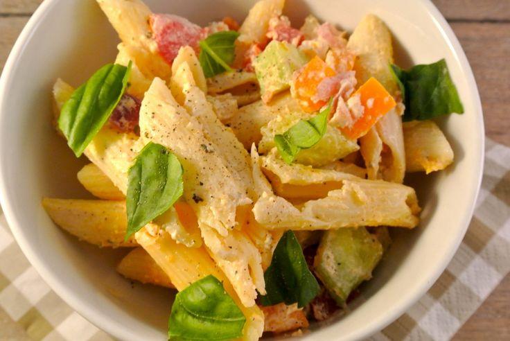 Pastasalade    Penne met creme fraiche, rode ui, paprika, komkommer, tomaat en heerlijke kruiden zoals basilicum, tijm en oregano!