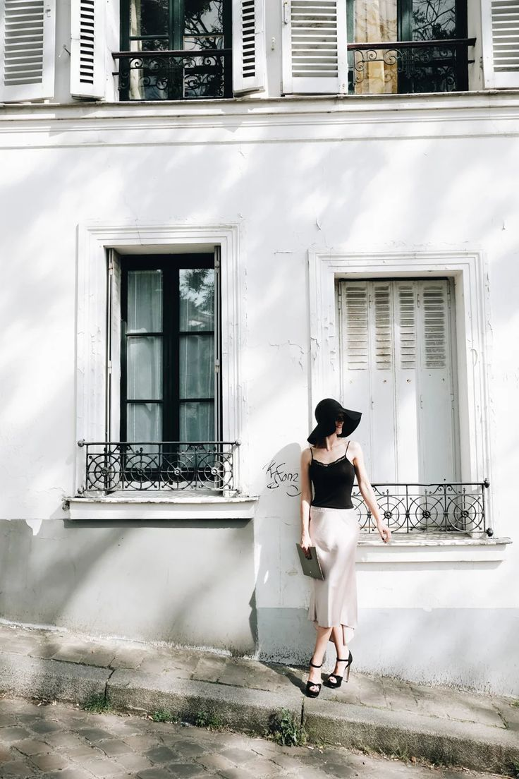 A glamours look with satin and a wide-brimmed hat - Um look glamoroso com cetim e um chapéu de abas largas.