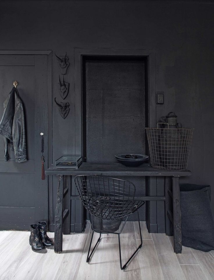 Zwarte kamer | black room | vtwonen 02-2017 | Styling Sanne Pol | Fotografie Sonja Velda | Tekst Amber van Rijn