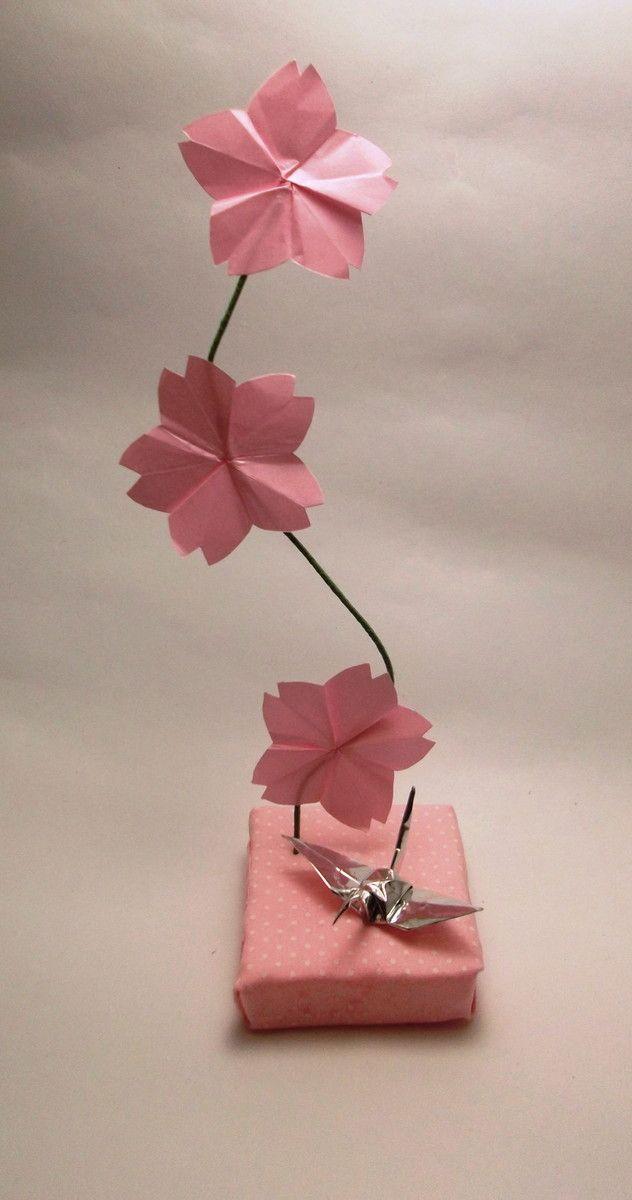 Enfeite para centro de mesa em eventos. <br>Base de isopor com três flores de cerejeira e um tsuru prateado. <br>Feito sob encomenda, cores e tamanho podem ser personalizados.