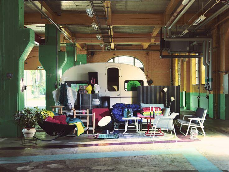 Un divano pieghevole che si può appendere alla parete, un cuscino che si trasforma in un plaid e un vaso a riserva d'acqua che per due settimane si prende cura delle piante in autonomia. Scoprite IKEA PS 2017. #IKEA #IKEAps2017