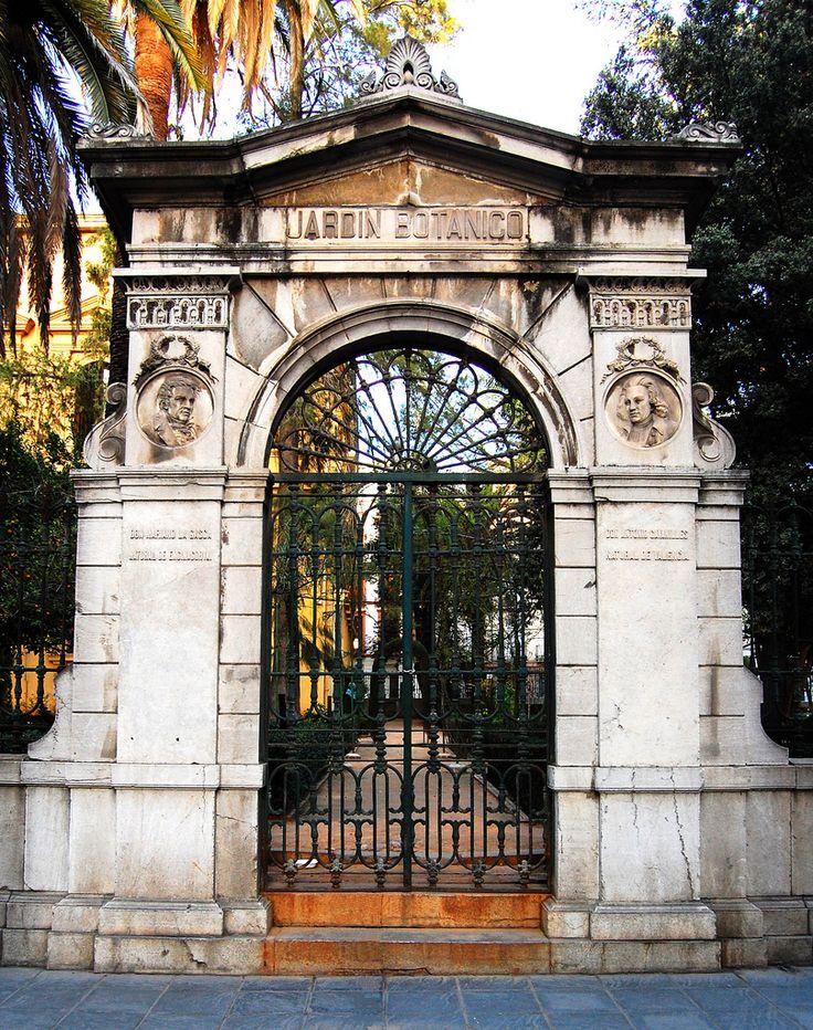 Entrada al Jardín Botánico de la Universidad de Granada, construido en 1783 como parte del edificio que actualmente alberga la Facultad de Derecho. (vía granatensis | flickr)