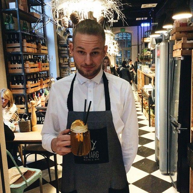 Nasz kelner Filip zaprasza na pyszne, grzane piwo! #letarg #polishboy #boy #hot #beer #hotbeer #winter #wintertime #evening #saturday #weekend #poznan #restaurant #white #shirt #elegant
