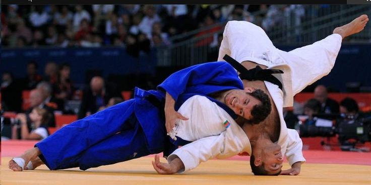 Sugoi Uriarte (azul) en su combate con el azerbaiyano Talan Karimov / EFE