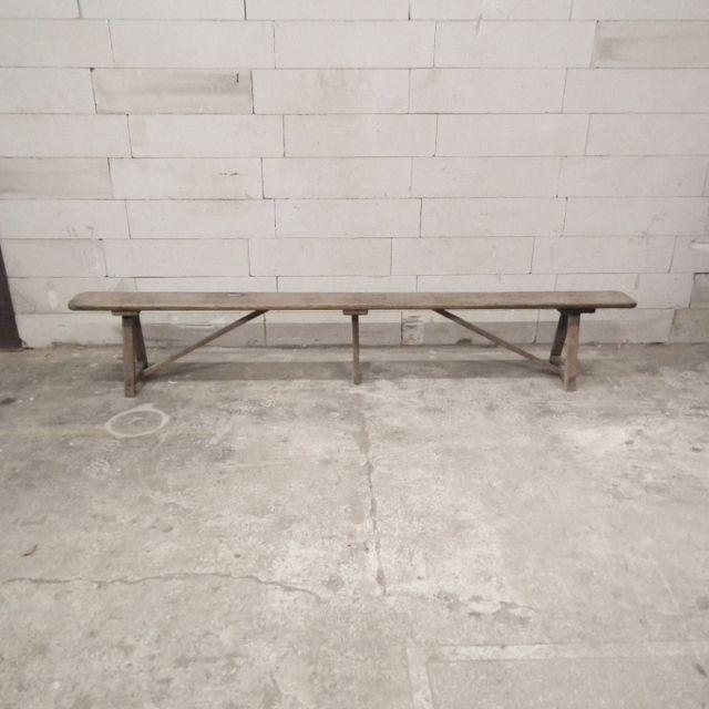 Lange bank van hout met knoesten. Het bankje komt uit Frankrijk. 264 x 22 x 44 cm ( l x d x h) 100eu | Hal 72 industriele meubels