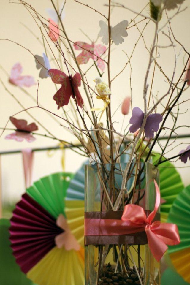 Бабочки.Сухие ветки, цветная бумага.