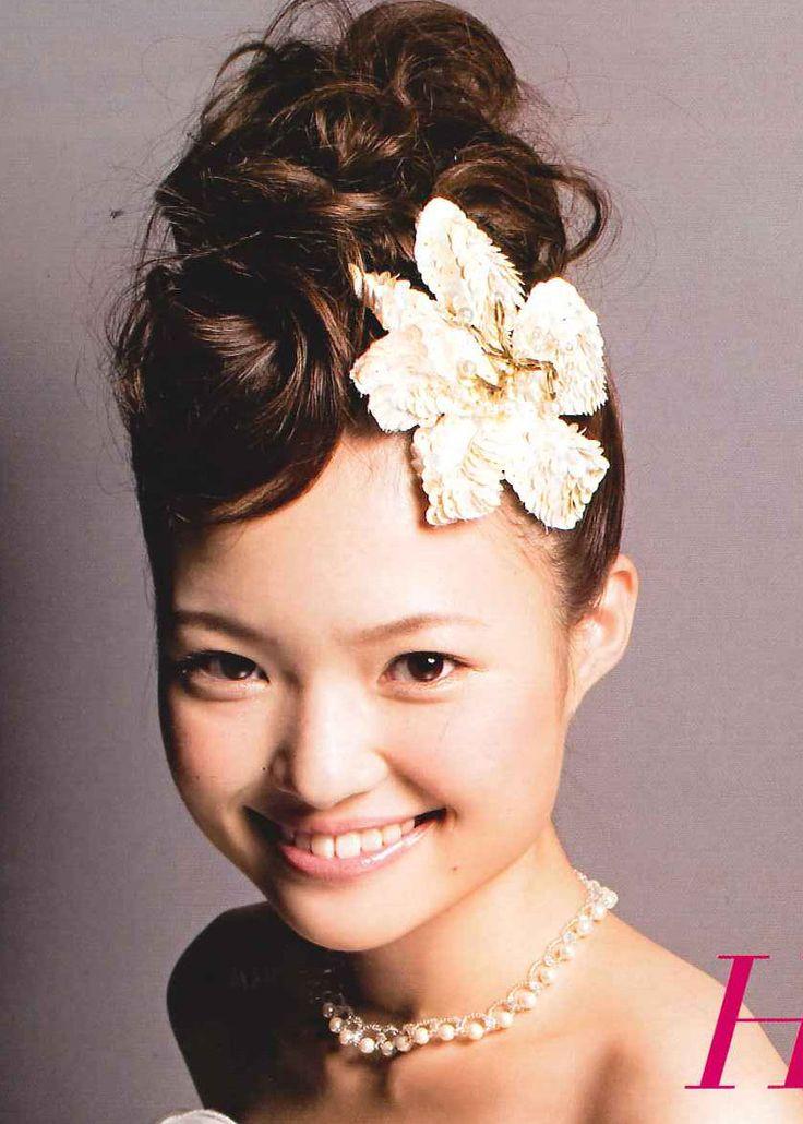 可愛らしさもあるスタイル ウェディングドレス・カラードレスに合う〜ポンパドールの花嫁衣装の髪型一覧〜